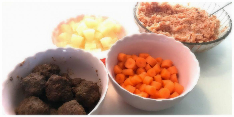 Rode rijst met gehaktballetjes ananas wortel pesto