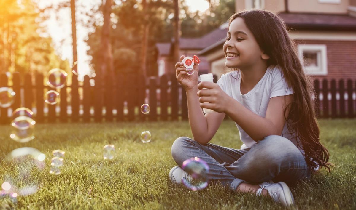 Buiten spelen achter het huis, Buiten spelen met kinderen