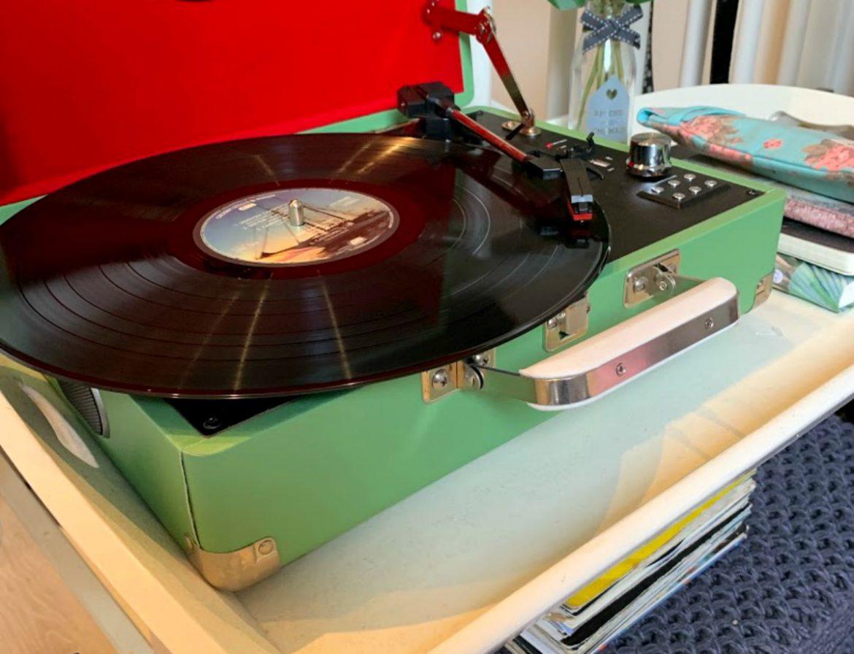 Terug in de tijd met de platenspeler , Moderne muziek met een fijne oldskool feel, LP's, retro platenspeler, vintage