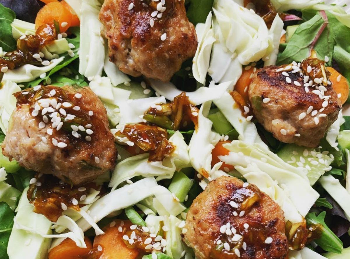 Kipgehaktballetjes met een frisse salade
