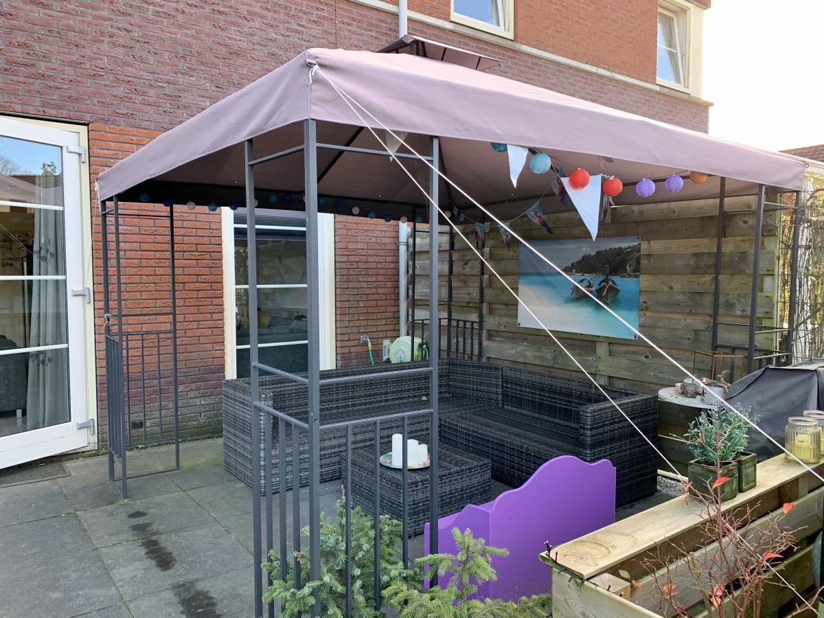 Herfstklaar maken van je tuin ; terrasoverkapping aan het huis
