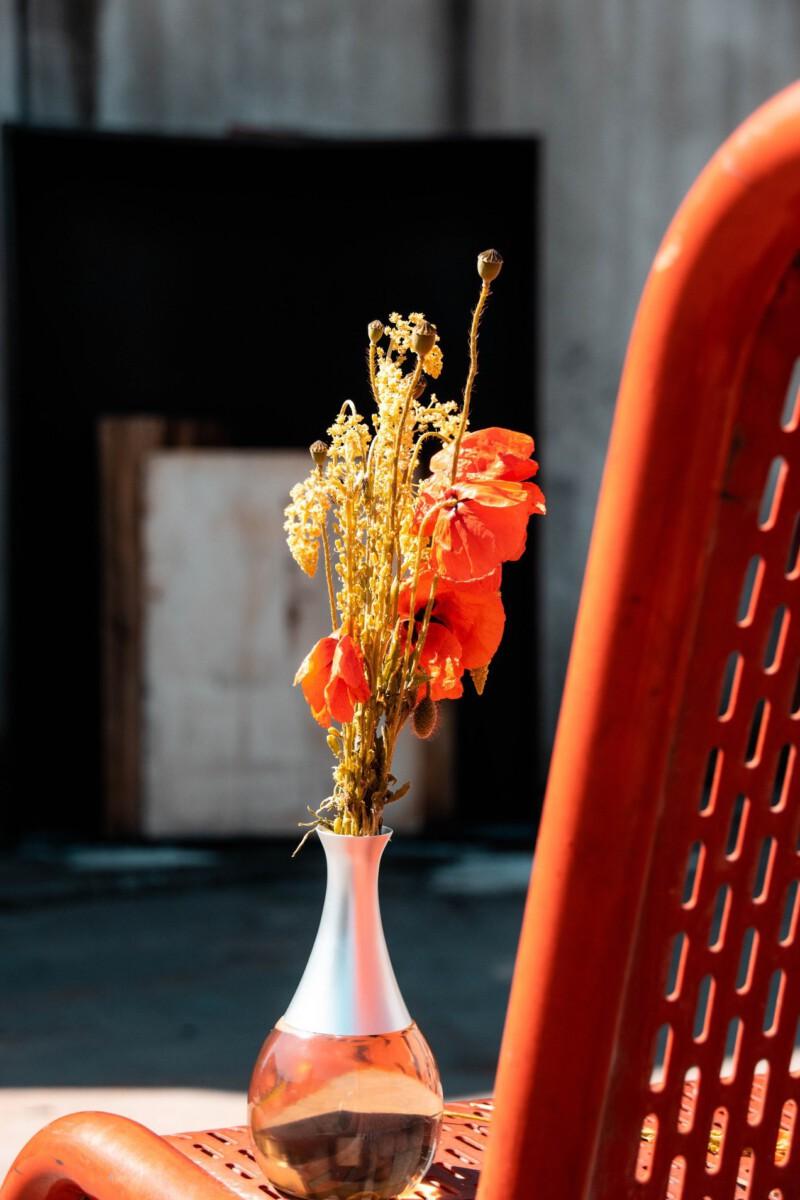 Thuis een brand blussen met een bloemenvaas