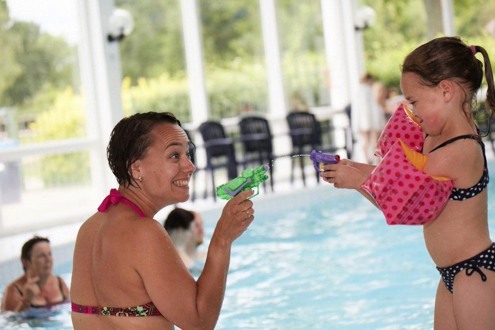 samen spelen zwembad mama