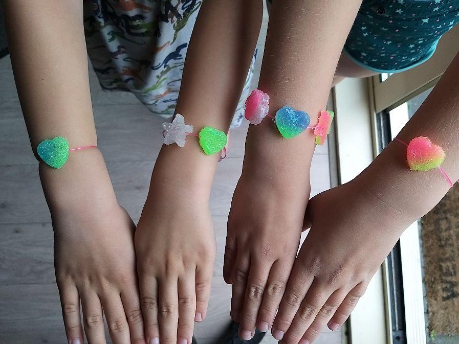 zelfgemaakte armbandjes door Jara