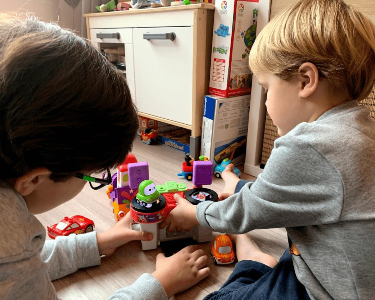 samen spelen tien en drie jaar zoons vtech