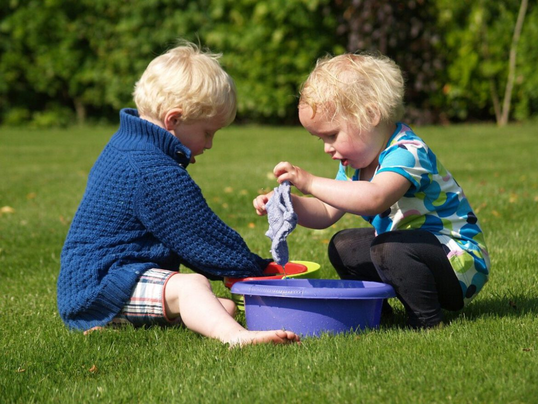 spelende kinderen kamperen